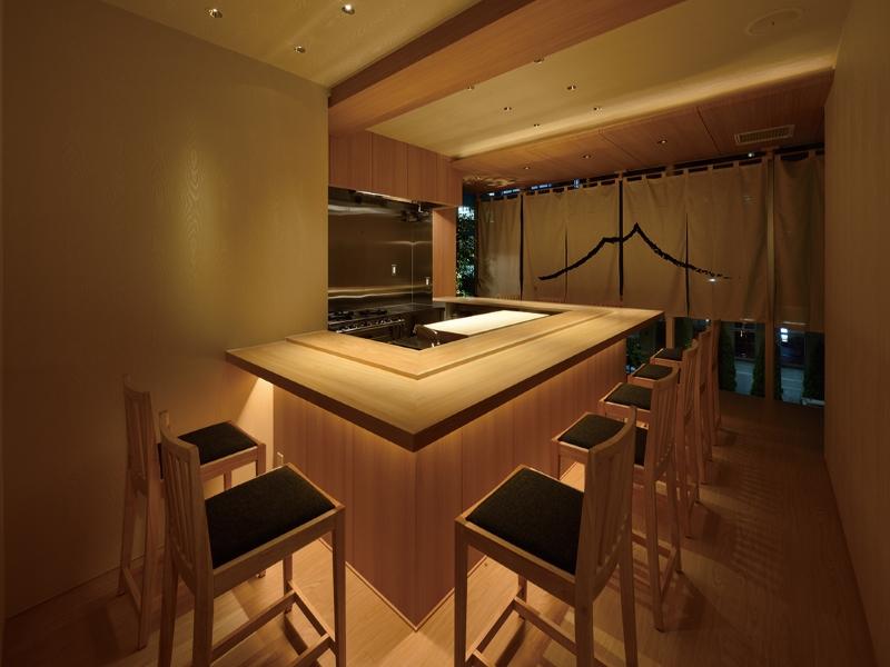 寿司屋カウンターと暖簾のデザイン