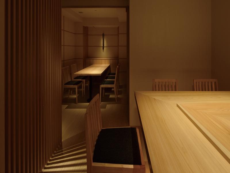 寿司店のカウンター席の白木デザイン