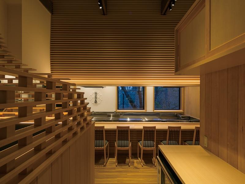高級和食店の内観と木材を使用した店舗デザイン