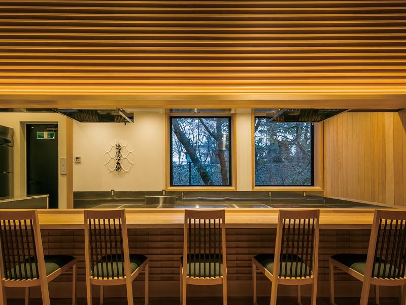 高級木材を使用したカウンター席のデザイン