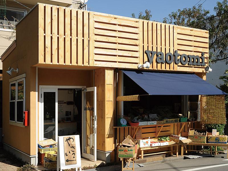 木材を多く用いた外観が特徴的な店舗デザイン