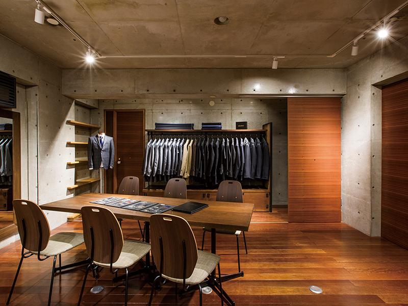 RCの躯体と木の控えめな店舗デザイン