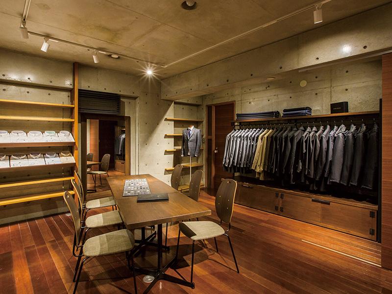 陳列されたシャツとスーツとテーブル席デザイン