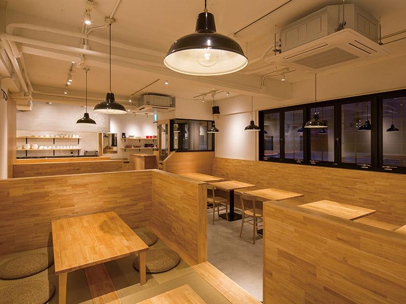 木材を用いた落ち着きのある店内のデザイン