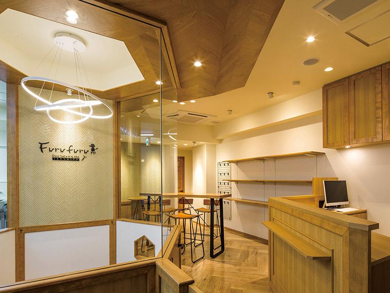 高級感とかわいらしさが調和された店内デザイン