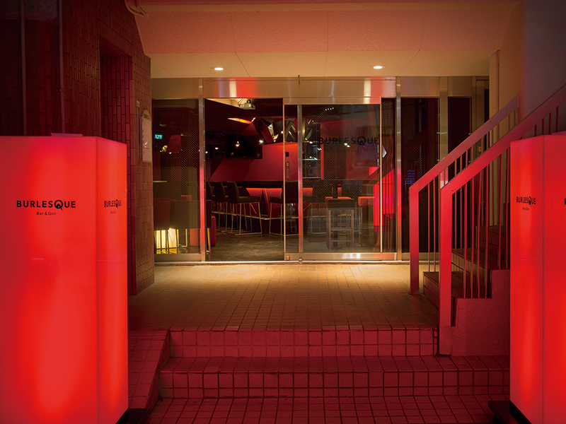 ガールズバーのエントランスの赤く光る看板デザイン