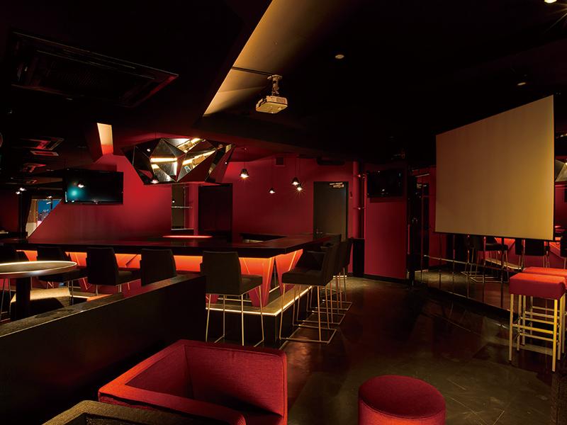 ガールズバーの赤と黒をコンセプトカラーとした店内デザイン