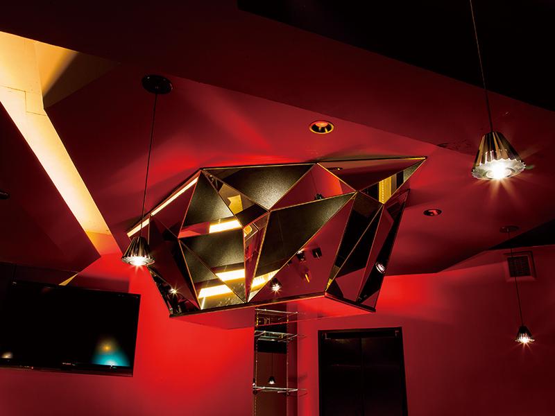 ガールズバーの妖艶さと欲を刺激する店舗デザイン