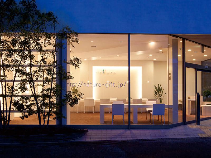 ガラスの装飾が特徴的な外観デザイン