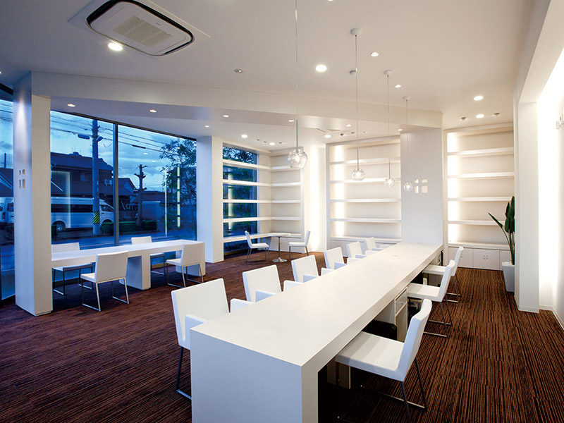 白を基調とした清潔感のある受付スペース