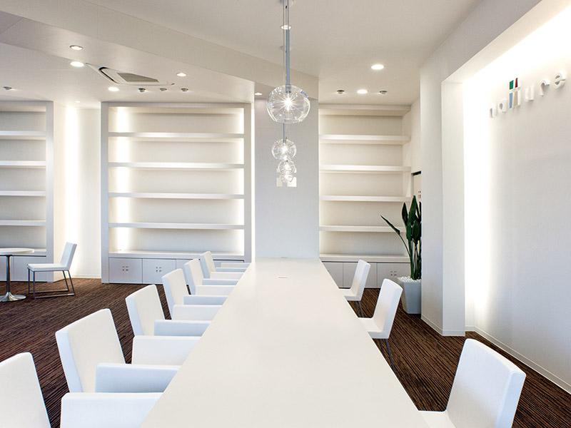 白を基調とした清潔感溢れる店内デザイン