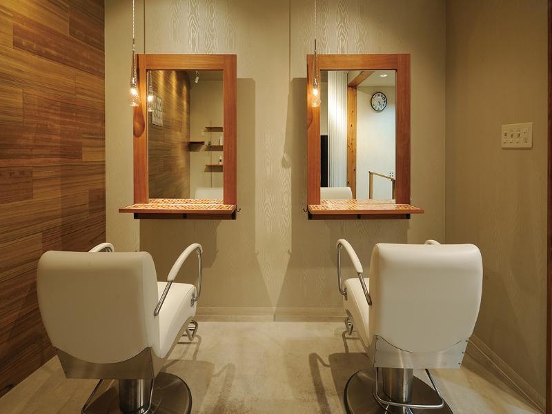 美容室のセットチェアとペンダントライトのデザイン