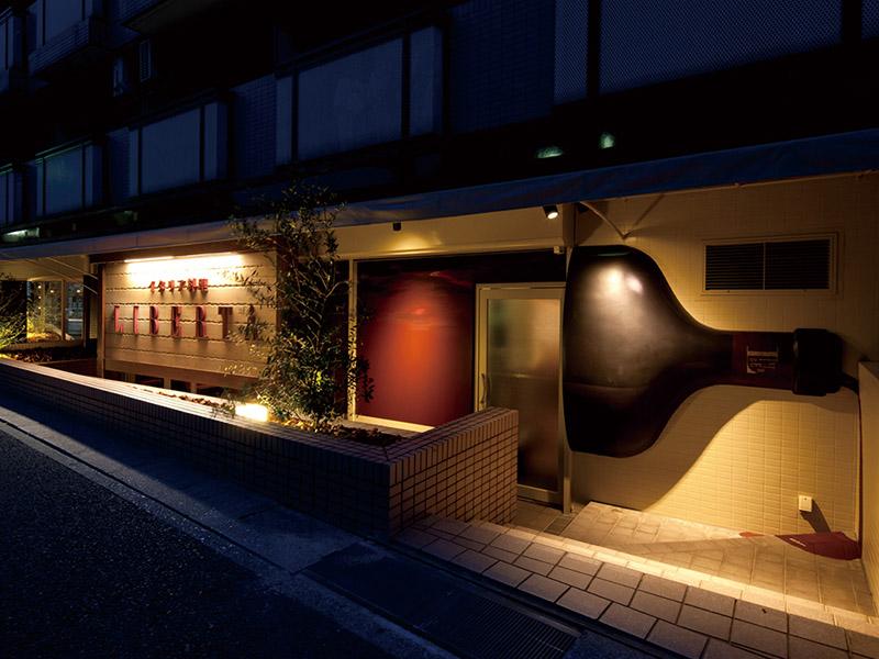 路地裏にあるイタリアン料理店の店舗デザイン