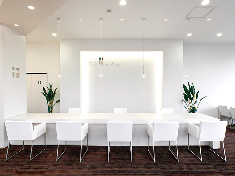 清潔感のある白を基調とした店内デザイン