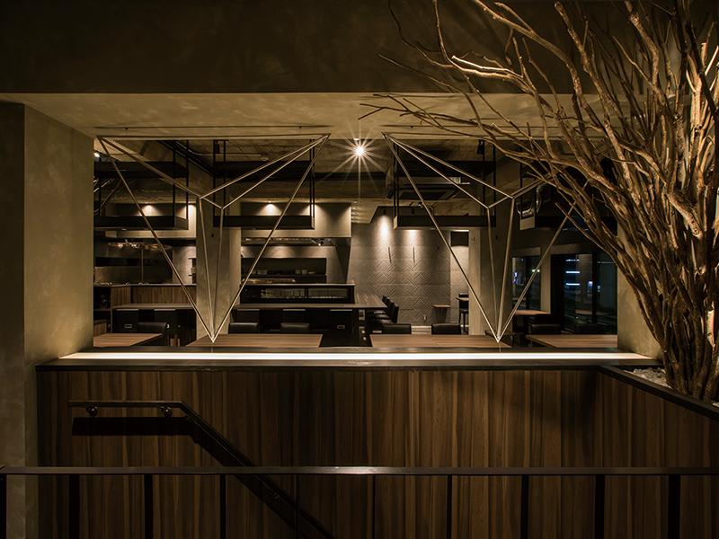 焼き鳥居酒屋の階段を挟んだ二階席デザイン