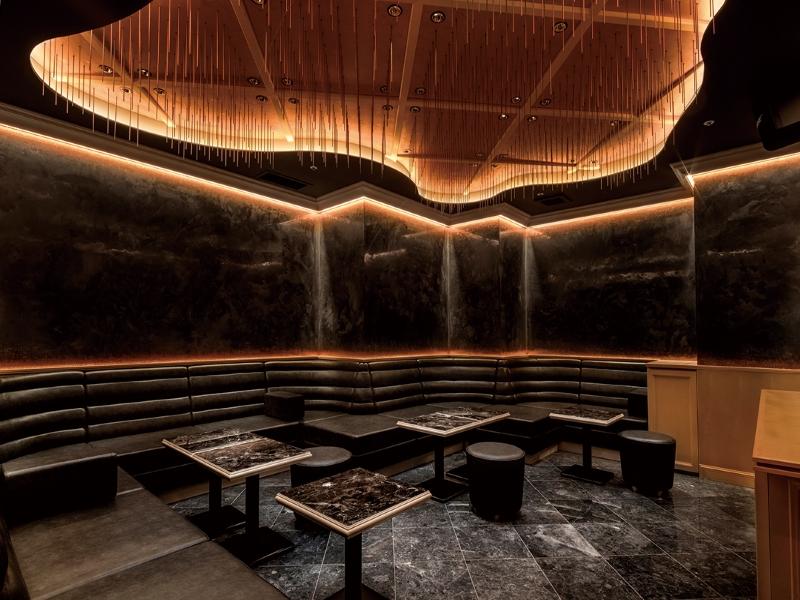 大理石を用いた高級クラブの店舗デザイン