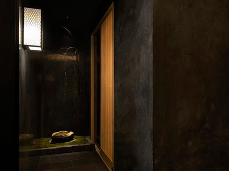 寿司店の通路には自然素材の光を設置