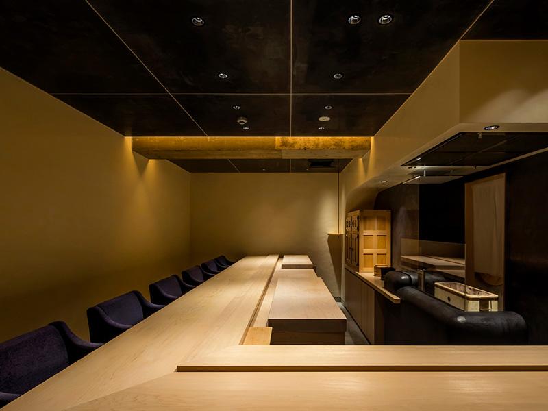カウンター素材には樹齢400年の木曽ヒノキを使用