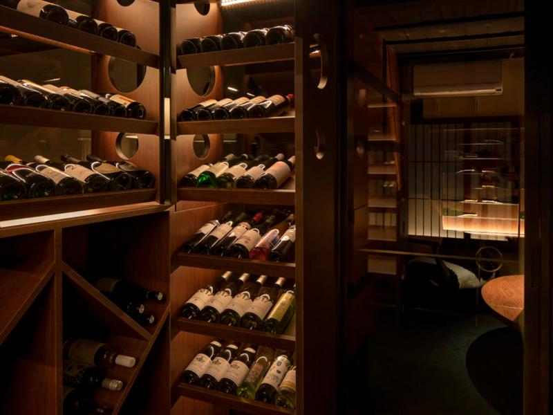 古民家を改築したワインバーの収納スペース