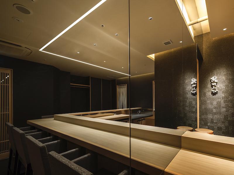 寿司屋の無垢材を用いたカウンターデザイン