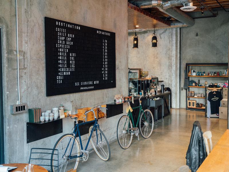 カフェ・喫茶店のスケルトンな内装デザイン