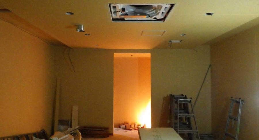 照明設置前の工事中の内装