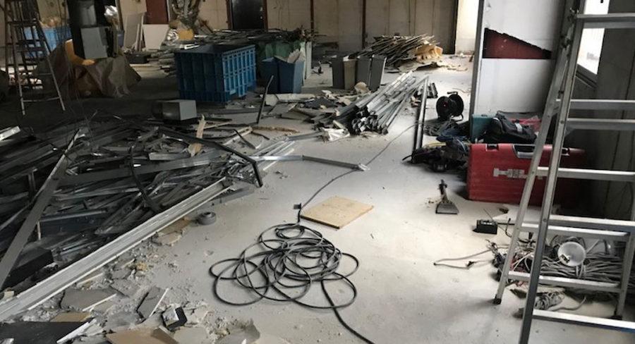 内装解体の工事中の店舗