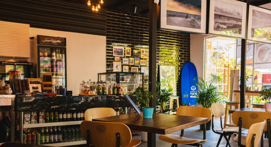 光が多く入るカフェのデザイン