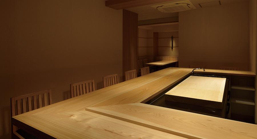 カウンターのある高級な鮨屋のデザイン事例