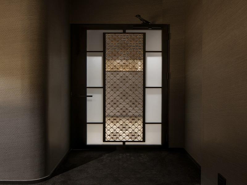 和モダンな模様入りのドアデザイン