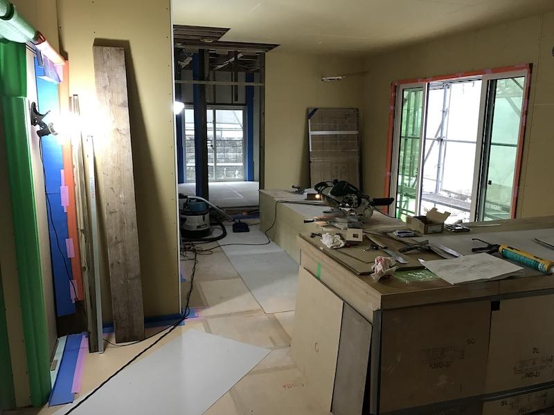 窓枠や仕切り壁の設置